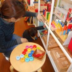 「店内で子どもを自由にさせないで」飲食店店員のツイートと、和風カフェの子ども連れお断りの張り紙について子育て中のママが思うこと